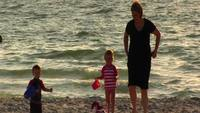 Mama und Kinder am Strand Stock Video