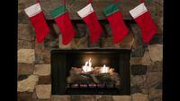Meias de Natal penduradas sobre um lugar de fogo de pedra
