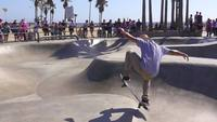 Patinador no Venice Beach Skatepark Slow-motion