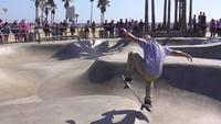 Patineur à Venice Beach Skatepark Mouvement lent