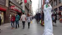 La gente y el comercio en una calle | Perspectiva de un punto