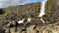 Waterval Spatten Over Rotsen In IJsland 4K
