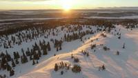 Drohneneintrag des Sonnenuntergangs über Landschaft des verschneiten Winters