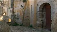 Kullerstensbyggnader och gata i Italien