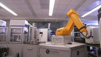 Gul robotarm i lab