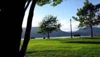 park, sjö, berg och människor som går