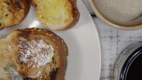 Mantequilla y pan para el desayuno