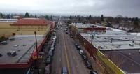 4k UHD Drone volando sobre Hawthorne Blvd Portland Oregon rumbo a The City_Addison