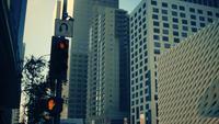 Toma panorámica vertical de semáforos y letrero de la calle en el centro de Los Ángeles en 4K