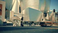 Panoramique vertical descendant de la façade du Walt Disney Concert Hall à Los Angeles en 4K.