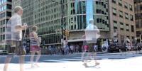 Tijdsverloop van voertuigen en personen die zich op straat verplaatsen in 4K