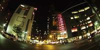 Tempo lapso de veículos que transitem na rua e edifícios luminosos em 4K