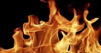 Hintergrund von den warmen Flammen, die in der Dunkelheit für Industriethemen in der Zeitlupe 4K glühen und tanzen