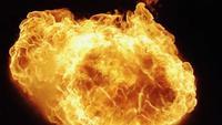 Spektakulärer Feuerball, der auf Dunkelheit explodiert