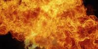 Grande boule de feu enflammée sur fond noir