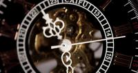 Extreme close-up van zakhorloge met blootgestelde machines die werken in 4K
