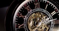 Extreme close-up van zakhorloge met blootgestelde machines werken gedurende vierentwintig minuten in 4K time-lapse