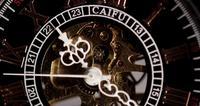 Extrem nah oben von der Taschenuhr mit den schönen Uhrhänden und der ausgesetzten Maschinerie, die eine Minute sieben Sekunden in der Zeitspanne 4K bearbeitet