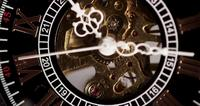 Extreme close-up van zakhorloge met blootgestelde machines werken van 10:10 tot 10:15 in 4K time-lapse