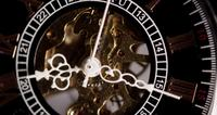 Extreme close-up van zakhorloge met blootgestelde machines werken van 8:10 tot 8:19 in 4K time-lapse