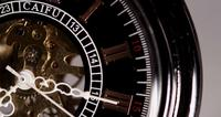 Extreme close-up van zakhorloge met blootgestelde machines werken van 7:09 tot 7:40 in 4K time-lapse