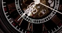 Extreme close-up van zakhorloge met blootgestelde machines werken van 6:25 tot 6:50 in 4K time-lapse