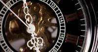Extreme close-up van zakhorloge met blootgestelde machines werken van 4:50 tot 5:19 in 4K time-lapse