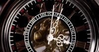 Extreme close-up van zakhorloge met blootgestelde machines werken van 2:35 tot 3:45 in 4K time-lapse