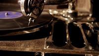 Toma panorámica vertical de tocadiscos antiguo con disco de vinilo viejo girando en 4K
