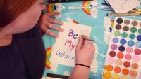 Tiro aéreo de mulher fazendo cartão de saudação engraçado para o Dia dos Namorados   Filme de arquivo grátis