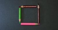 Lápis de cor pequenos quadros em fundo escuro