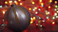 Luzes de bokeh com bola decorativa em primeiro plano