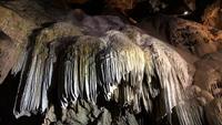 Linda estalactite em uma caverna em 4K