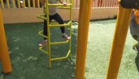 Girl Scalin In Playground Juegos