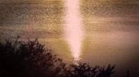 Reflexiones de la luz del sol en el lago