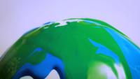 Blauer und grüner Lack auf Glaskugel