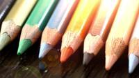 Em um fundo de madeira lápis multi-coloridos. Lápis coloridos brilhantes perto acima. Macro. Tiro macro