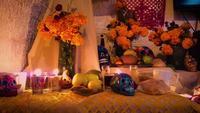 Oferta mexicana tradicional com crânios coloridos