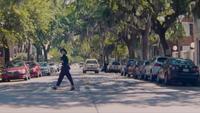 Femme traversant la rue de droite à gauche