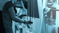 mulher exercitando com uma torre de peso. Mulher da aptidão que elabora nos músculos do núcleo na ginástica apta da cruz.
