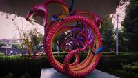 Serpent Alebrije dans un parc public