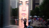 Familien, die nahe bei dem Kronbrunnen in Chicago stillstehen