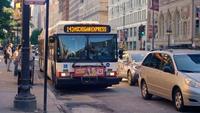 Auto's en bussen op de straten van Chicago