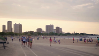 Gente caminando y corriendo en North Avenue Beach Chicago