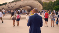 Gente caminando al lado de The Bean en Chicago