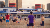 Folk i volleybollsdomstolar i North Avenue Beach Chicago