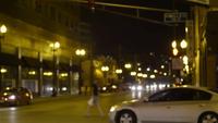 Noite tiro de pessoas e carros nas ruas de Chicago