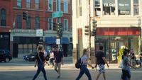 Menschen zu Fuß und Fahrrad auf Zebrastreifen in Chicago Straßen verwenden