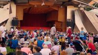 Gente esperando en el auditorio al aire libre en el parque Millennium