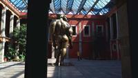 Paar dat Beelden van Beeldhouwwerk in het Jose Luis Cuevas Museum G59842 neemt